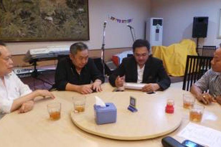 Lieus Sungkharisma (kiri tengah) dan Farhat Abas (kanan tengah) membicarakan persoalan MRT.
