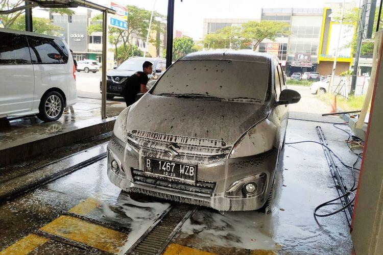 Muncul sistem cuci mobil yang disebut cuci mobil tanpa sentuh alias touchless.