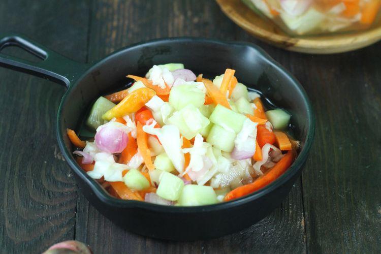 Ilustrasi acar timun dengan wortel, cabai rawit, dan bawang merah