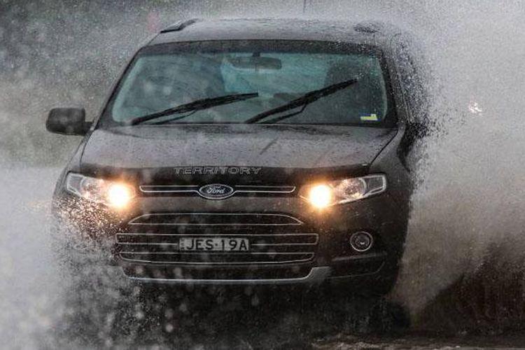 Ilustrasi berkendara di musim hujan