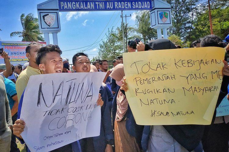 Sejumlah warga Natuna melakukan aksi unjuk rasa di depan gerbang pangkalan TNI Angkatan Udara Raden Sadjad, Ranai, Natuna, Kepulauan Riau, Sabtu (1/2/2020). Mereka menolak kedatangan Warga Negara Indonesia (WNI) dari Wuhan, China yang akan diobservasi selama kurang lebih dua minggu di Natuna untuk memastikan sehat dan bebas dari virus corona. ANTARA FOTO/Cherman/mrh/ama.