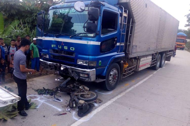 Petugas kepolisian mereka olah TKP pada kasus kecelakaan lalu lintas truk Fuso menabrak pengendara sepeda motor, Senin (15/10/2018).