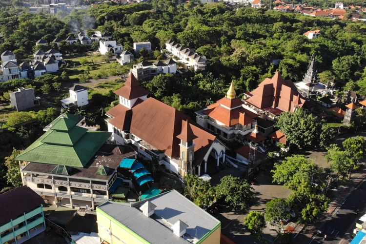 Foto udara Masjid Agung Ibnu Batutah (kiri), Gereja Katolik Maria Bunda Segala Bangsa (kedua kiri), Vihara Buddha Guna (tengah), Gereja Protestan GKPB Jemaat Bukit Doa (kedua kanan) dan Pura Jagatnatha (kanan) yang berada di Pusat Peribadatan Puja Mandala, Nusa Dua, Badung, Bali, Senin (20/4/2021