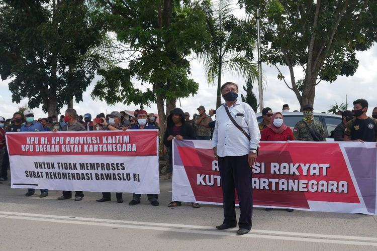 Ratusan orang yang tergabung dalam Aliansi Rakyat Kutai Kertanegara melakukan demonstrasi di depan kantor KPU Kutai Kertanegara (Kukar), Jalan Woltermonginsidi, Tenggarong, Kukar, Senin, (16/11/2020).