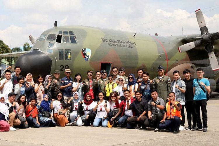 Mantan pebulu tangkis Liliyana Natsir dan Debby Susanto berkesempatan main bulu tangkis di dalam kabin pesawat Hercules yang terbang di atas ketinggian 17.500 kaki pada Sabtu (9/2/2019).