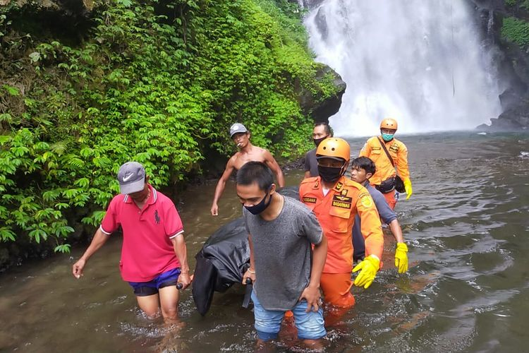 Tim Basarnas Bali mengevakuasi warga Argentina yang ditemukan tewas, di Hutan Cemara, Buleleng, Selasa (17/11/2020).