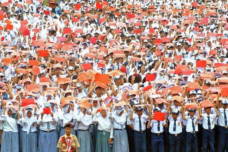 Sejumlah siswa SMP dan SMA mengikuti Gebyar Peringatan Sumpah Pemuda ke-89 Kota Bogor di Lapangan GOR Pajajaran, Kota Bogor, Jawa Barat, Sabtu (28/10). Pengucapan teks Pembukaan UUD 1945, Pancasila dan Sumpah Pemuda yang diikuti sebanyak 15 ribu siswa SD, SMP dan SMA se-Kota Bogor tersebut sekaligus memecahkan Rekor Museum Rekor Dunia Indonesia (MURI) dengan peserta terbanyak. ANTARA FOTO/Arif Firmansyah/foc/17.