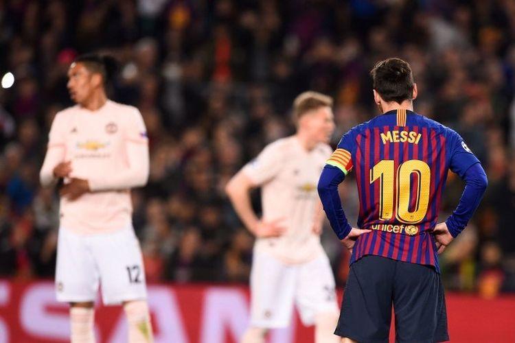 Lionel Messi bersiap melakukan tendangan bebas pada pertandingan Barcelona vs Manchester United dalam perempat final Liga Champions di Stadion Camp Nou, 16 April 2019.