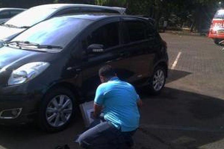 Mobil Toyota Yaris milik Briptu Rubby yang dipecah kaca pencuri sedang diselidiki petugas di Polda Metro Jaya, Rabu (27/11/2013)