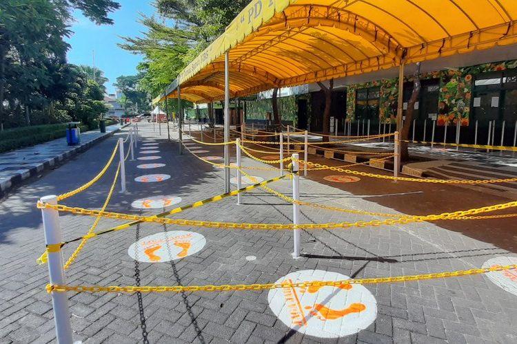 Sejumlah persiapan dilakukan Kebun Binatang Surabaya (KBS) menjelang dibuka pada awal Juli 2020, salah satunya pengaturan antrean di loket dan keluar masuk di KBS. (FOTO ANTARA/HO-Humas Pemkot Surabaya)