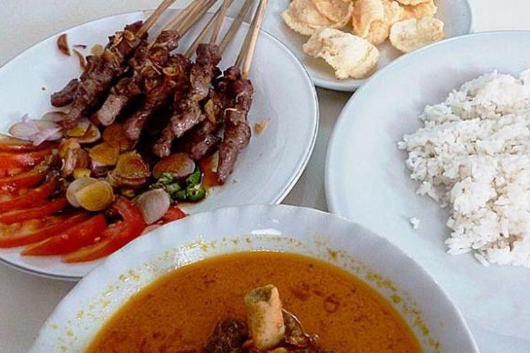 Seporsi sate kambing (10 tusuk), semangkuk gulai kambing, sepiring nasi putih, dan beberapa emping melinjo sebagai menu santap siang di Rumah Makan Sate Pak Rebing, Empang, Bogor Selatan, Kota Bogor.