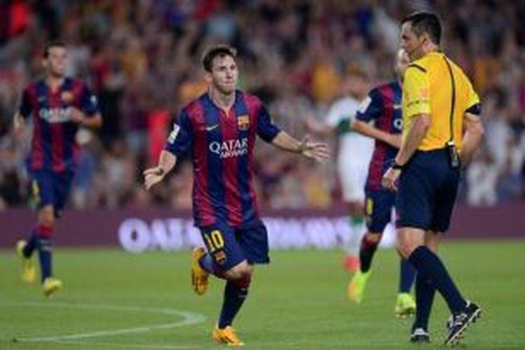 striker Barcelona, Lionel Messi, seusai mencetak gol ke gawang Elche pada pertandingan Primera Division di Camp Nou, Minggu atau Senin (25/8/2014) dini hari WIB. Barcelona menang 3-0 pada laga tersebut.