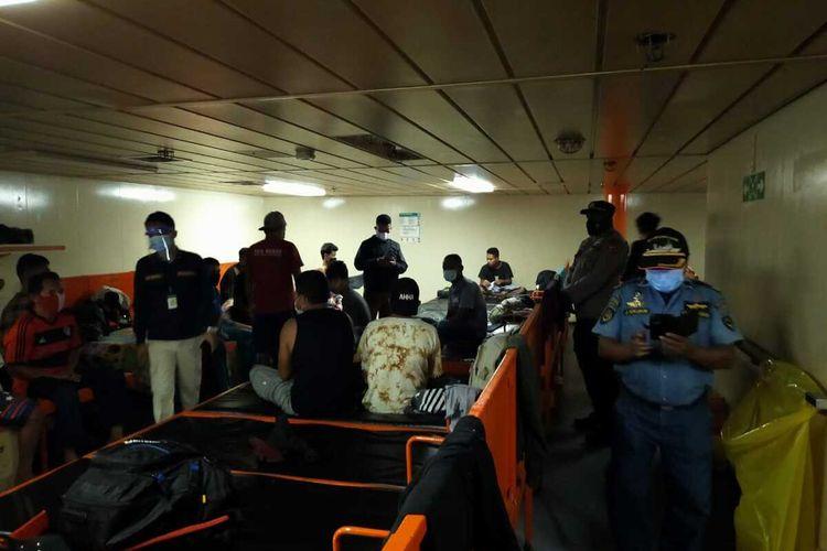 Petugas KKP Kelas II Jayapura tengah memeriksa penumpang di KM Sinabung yang membawa dokumen kesehatan palsu, Jayapura, Papua, Kamis (29/7/2021)