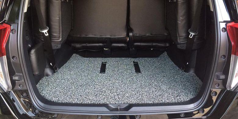 Karpet mobilFirst Class dengan bahan PVC Coil, penampilannya seperti mie kriting.