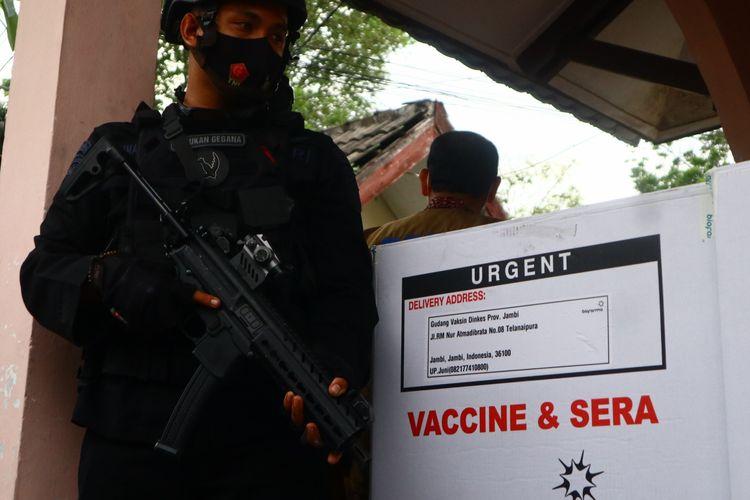 Vaksin Covid-19 sampai di Jambi dengan penjagaan ketat polisi di Balai Obat Jambi, pada Senin (4/1/2021).