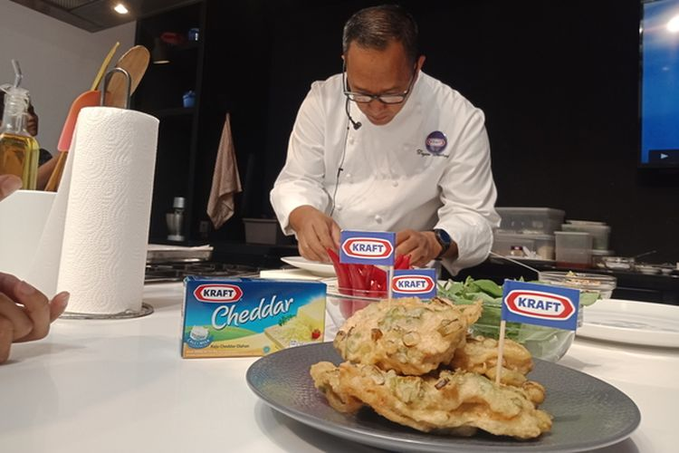 Chef Degan Septoadji ketika mempersiapkan sajian Tempe Mendoan Isi Keju.