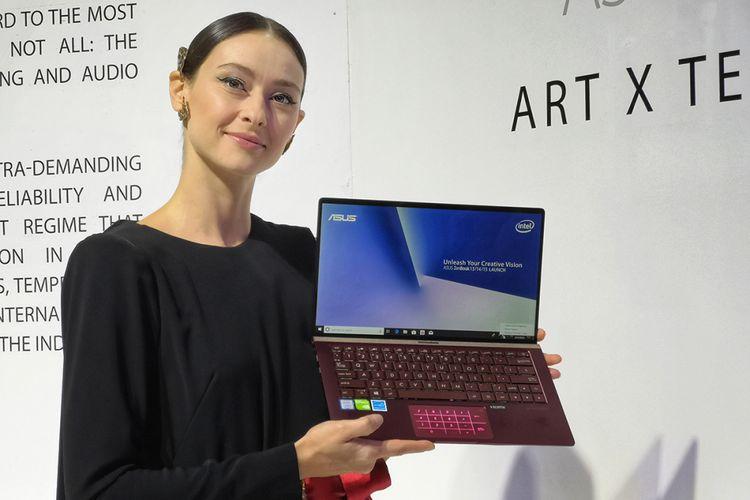 Model memperlihatkan varian ZenBook dengan warna Burgundy Red
