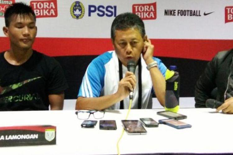 Pelatih Persela Lamongan Herry Kiswanto bersama pemain muda Persela Nurhardianto saat menghadiri jumpa pers usai pertandingan melawan PSM Makassar di Stadion si Jalak Harupat, Kabupaten Bandung, Minggu (12/2/2017). KOMPAS.com/DENDI RAMDHANI