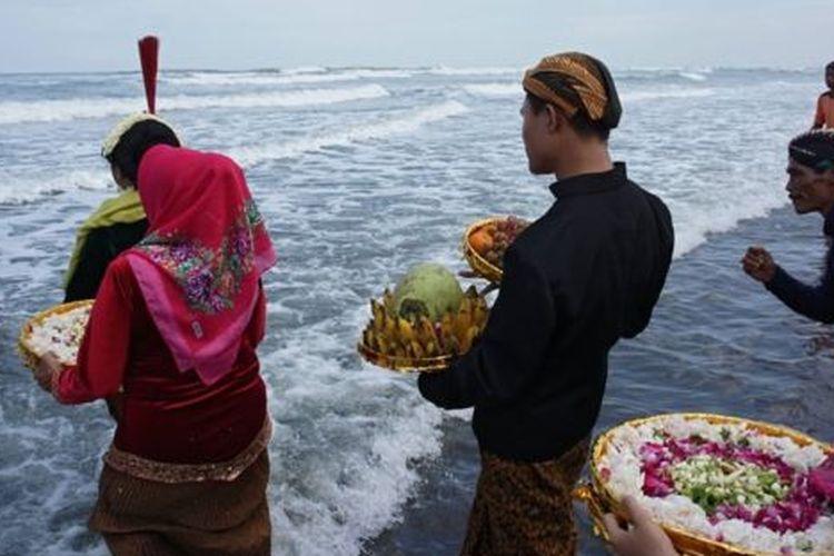 Masyarakat di sekitar Jawa melakukan upacara Labuhan di beberapa titik seperti ke Gunung Lawu , Gunung Merapi, pantai Parangtritis untuk memohon keselamatan.