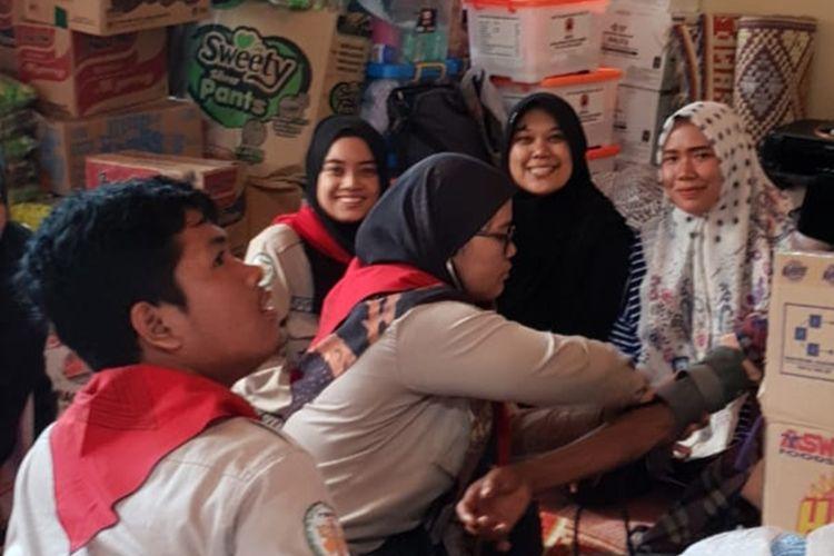 Jumlah pengungsi banjir bandang Solok Selatan terus bertambah. Terlihat petugas medis melakukan pemeriksaan kepada korban di Posko pengungsian