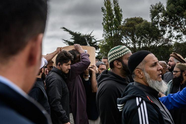 Pelayat membawa peti jenazah korban teror Selandia Baru menuju ke lokasi pemakaman, Rabu (20/3/2019).