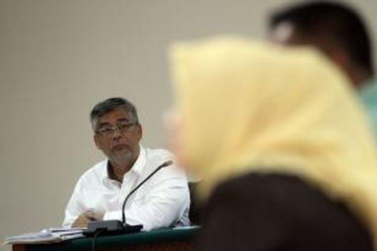Mantan Ketua Mahkamah Konstitusi Akil Mochtar (kiri) menjalani persidangan dengan agenda pemeriksaan saksi di Pengadilan Tindak Pidana Korupsi, Jakarta, Kamis (8/5/2014). Akil yang juga mantan Ketua MK didakwa karena diduga menerima suap dalam pengurusan sengketa pilkada di MK.