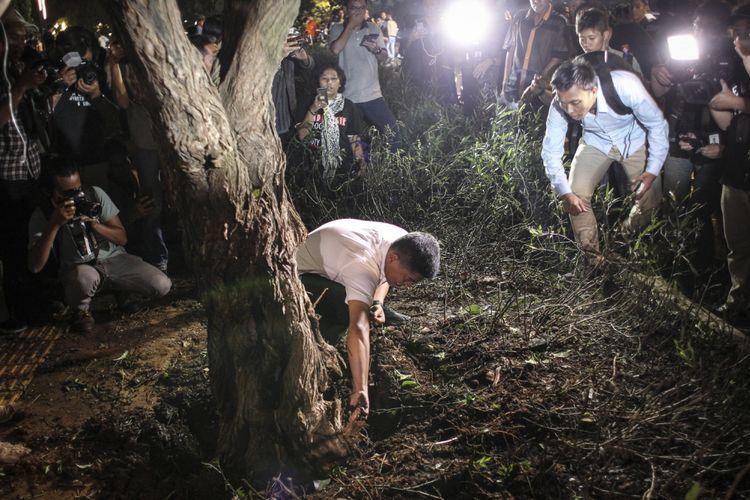 Petugas kepolisian memeriksa lokasi ledakan di Parkir Timur Senayan, Jakarta, Minggu (17/2/2019). *** Local Caption ***