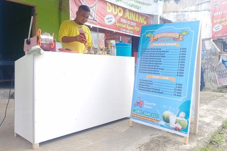 Apit Maulana kini berjualan es kelapa muda dan obat-obat herbal di Proliman, Purwokerto, Kabupaten Banyumas, Jawa Tengah.