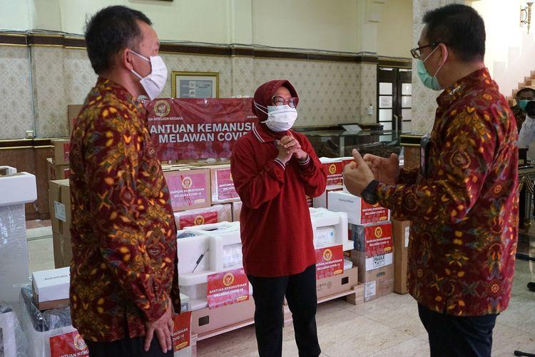 Wali Kota Surabaya Tri Rismaharini saat menerima bantuan dari BIN yang diserahkan Sekretaris Utama Badan Intelijen Negara, Komjen Pol Drs. Bambang Sunarwibowo di Balai Kota Surabaya, Jumat (29/5/2020).