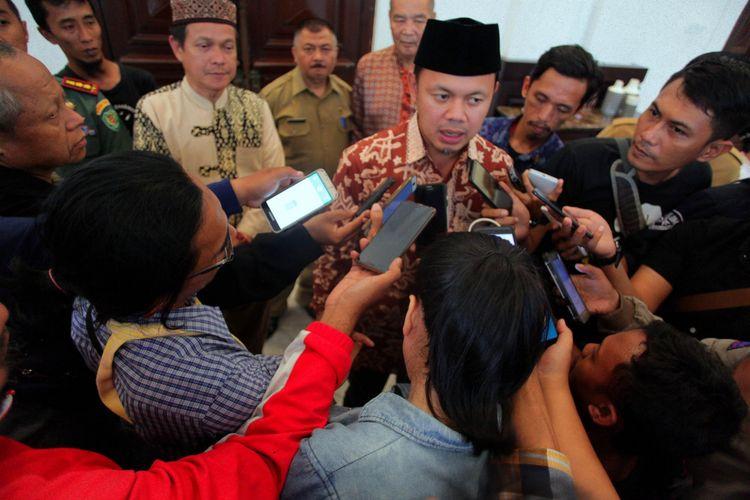 Wali Kota Bogor Bima Arya Sugiarto saat memberikan keterangan persnya terkait surat edaran dari Forum Muslim Bogor (FMB) yang menyerukan penolakannya terhadap perayaan Imlek dan Cap Go Meh di Kota Bogor, Selasa (29/1/2019).
