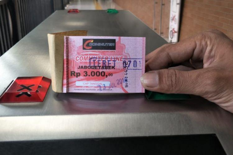 Tiket kertas untuk naik KRL di Stasiun Tebet, Jakarta Selatan, Senin (23/7/2018). Dalam tiket itu tercantum tanggal dan nama stasiun.