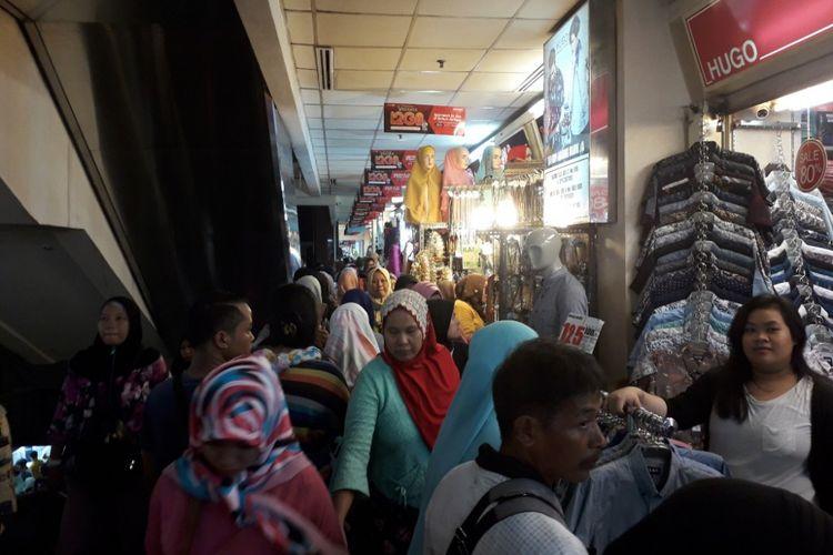 Pasar Tanah Abang Blok A dipenuhi pengunjung pada Sabtu (12/5/2018) jelang Bulan Ramadhan yang diperkirakan jatuh pada Kamis (17/5/2018) mendatang.