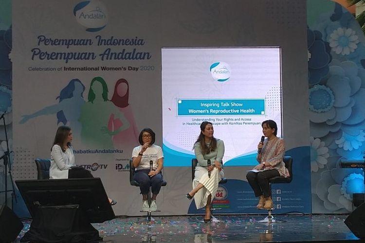 Kedua dari kiri ke kanan: Ade Maharani (Head of Marketing DKT Indonesia), Dr. Dinda Derdameisya, Sp.OG, serta Mariana Amiruddin (Komisioner Komnas Perempuan) dalam acara Perempuan Indonesia Perempuan Andalan di Jakarta, Minggu (8/3/2020).