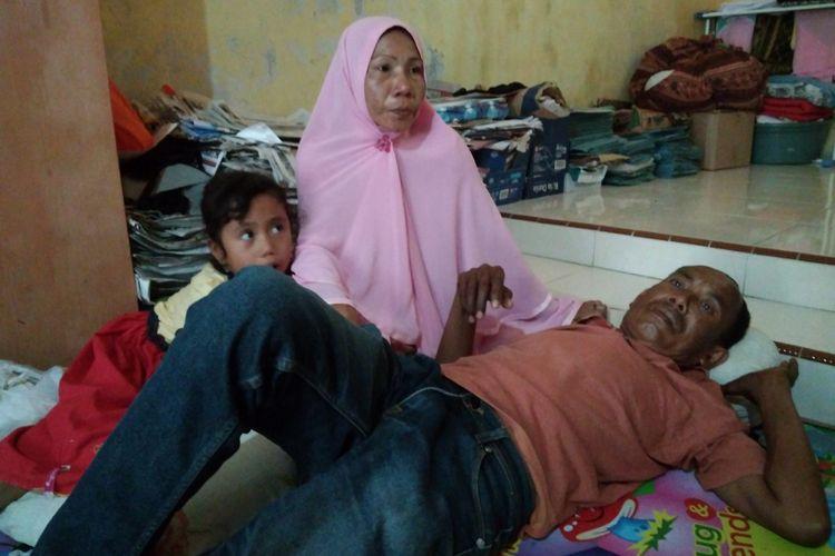 Berlin Silalahi terbaring tak berdaya di penampungan sementara, Kantor YARA, pasca digusur dari barak hunian Bakoy, kondisi kelumpuhan yang dieritanya membuat ia meminta permohonan Euthanasia ke Pengadilan Negeri Banda Aceh.
