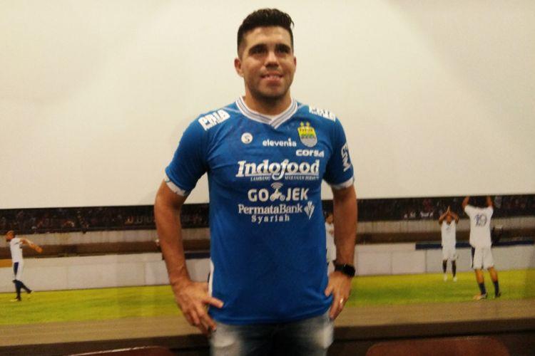 Fabiano Beltrame pertama kalinya mengenakan seragam Persib Bandung di Graha Persib, Jalan Sulanjana, Sabtu (23/3/2019).