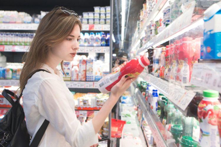 Membaca label nutrisi pada kemasan membantu kita memilih minuman dengan kadar gula lebih minim.