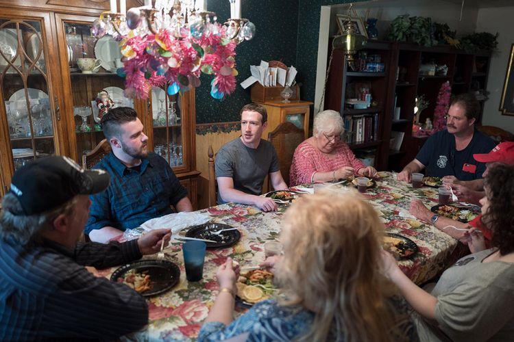 Mark Zuckerberg saat blusukan ke Ohio, makan malam dengan sebuah keluarga di kota Newton Falls.