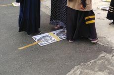 Aksi Kecam Presiden Perancis di Medan, Injak Foto hingga Robek Tas Pakai Pisau