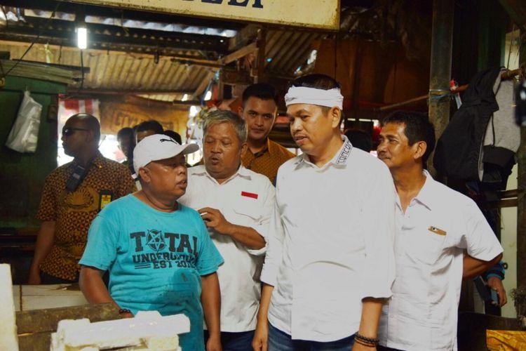 Dedi Mulyadi saat berkeliling di Pasar Kosambi, Kabupaten Karawang, Jumat (24/2/2018).