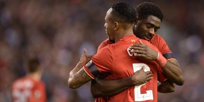 Dua pemain Liverpool, Kolo Toure (kanan) dan Nathaniel Clyne, saling berpelukan usai mengantarkan timnya menang 2-1 atas Bordeaux, pada ajang Liga Europa di Stadion Anfield, Kamis (26/11/2015) waktu setempat.
