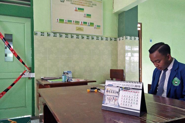 Ruang kerja kepala Kankemenag Gresik, Muhammad Muafaq Wirahadi, masih disegel dengan tanda dan logo KPK, Senin (18/3/2019).