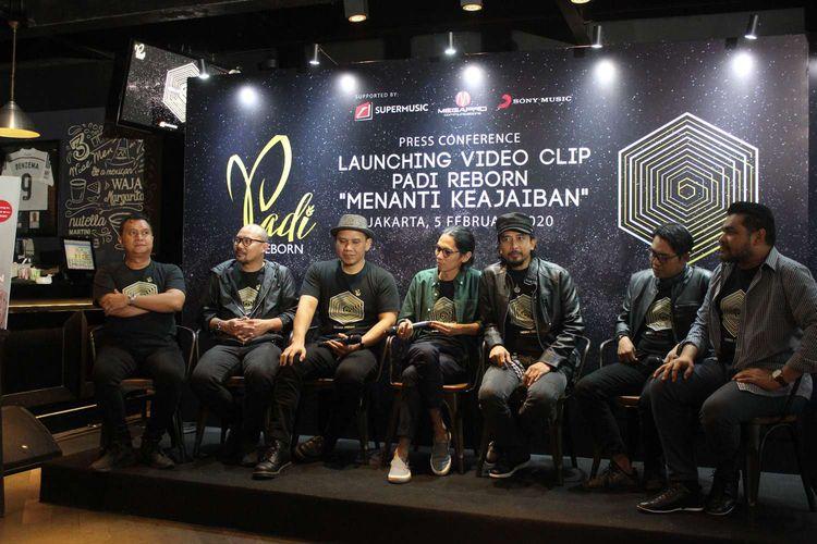 Press conference Launching Video clip Padi Reborn Menanti Keajaiban di BREWERKZ, Senayan City, Jakarta  Pusat Rabu(5/2/2020).  Video Klip dan juga film pendek Menanti Keajaiban merupakan karya sutradara Angga Dwimas Sasongko.