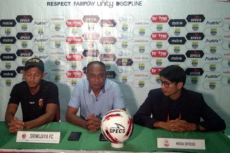 Pelatih Sriwijaya FC, Kas Hartadi (tengah), bersama pemainnya Yongki Aribowo (kiri) dalam konferensi pers pertandingan dengan Blitar Bandung United, Senin (5/8/2019).