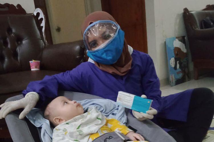 Salah satu pelayanan jasa Home Service Bidan Mommy Ruby, vaksinasi bayi.