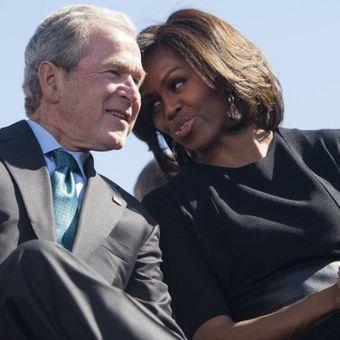 George W Bush berbicara dengan Michelle Obama dalam acara menandai peringatan 50 Tahun hak sipil di Selma, Alabama, pada 7 Maret 2015. (AFP/Saul Loeb)
