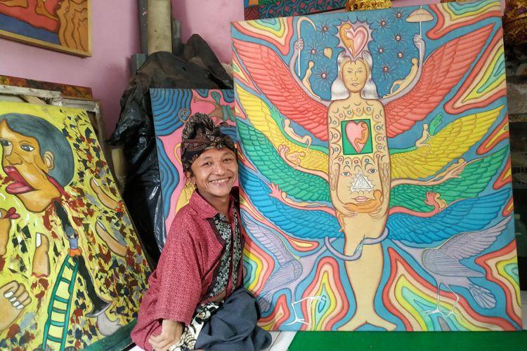 Ketut Budiarsa, penderita osteogenesis menunjukan salah satu karya lukisnya