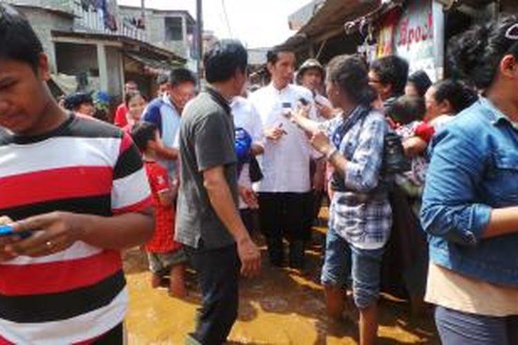 Gubernur DKI Jakarta Joko Widodo menyambangi wilayah Ulujami, Pesanggrahan, Jakarta Selatan yang dilanda banjir. Jumat (9/8/2013).