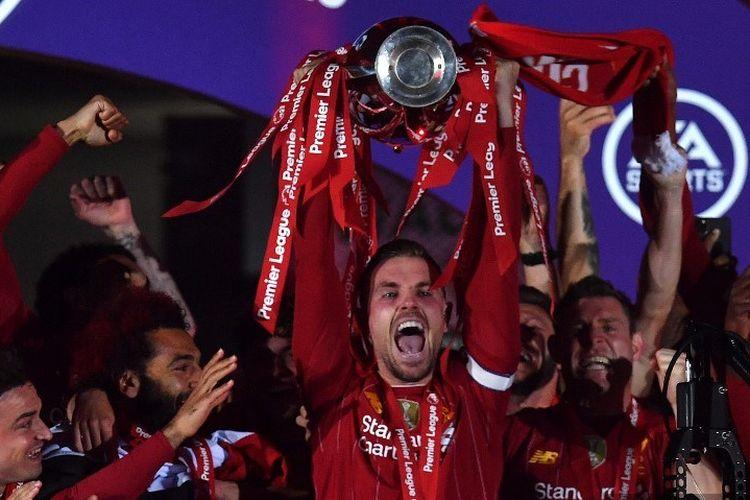 Kapten Liverpool, Jordan Henderson (tengah) ketika mengangkat trofi juara Premier League, kasta teratas Liga Inggris, musim 2019-2020 di Stadion Anfield, Rabu 22 Juli 2020.