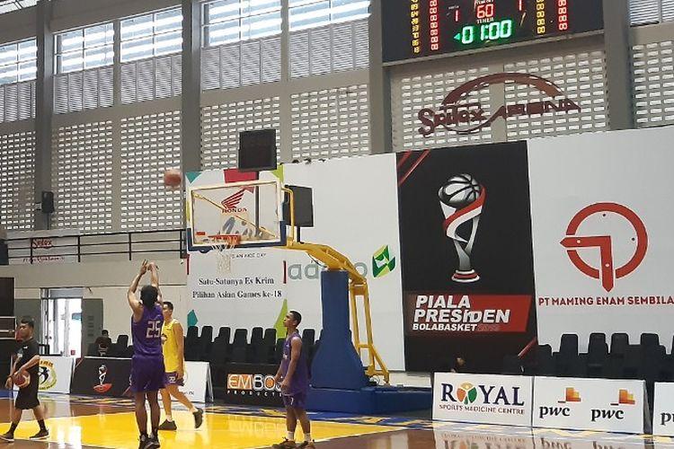 Amartha Hangtuah saat menjalani sesi latihan menjelang Piala Presiden Bola Basket 2019 di GOR Sritex Arena pada Selasa (19/11/2019)