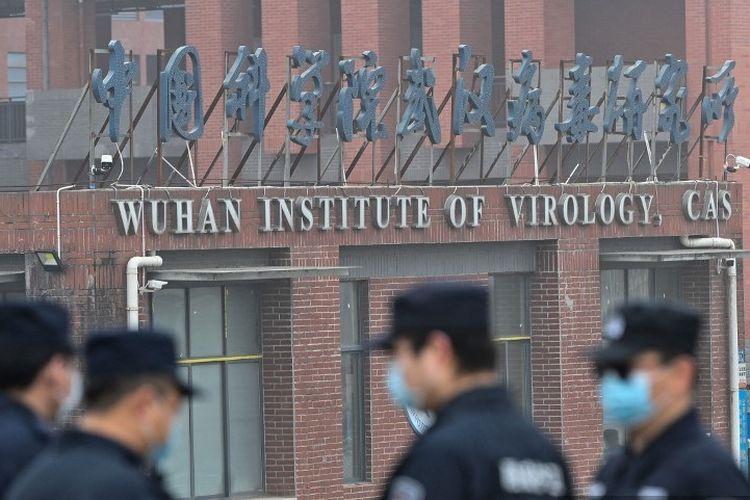 Petugas keamanan berjaga di luar Institut Virologi Wuhan di Wuhan, ketika anggota tim WHO yang menyelidiki asal-usul Covid-19 melakukan kunjungan ke institut di Wuhan di provinsi Hubei tengah China pada 3 Februari 2021.